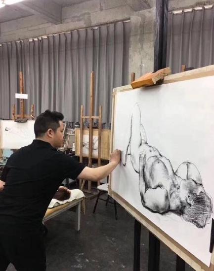 美术院校示范人体写生引争议