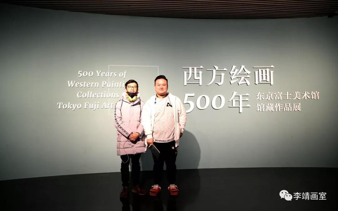 北京李靖画室同学步入展馆合影留念