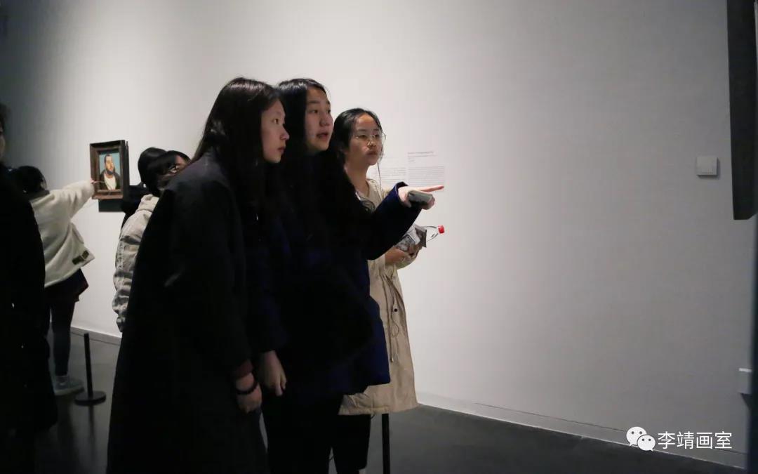 北京李靖画室的同学在认真看画